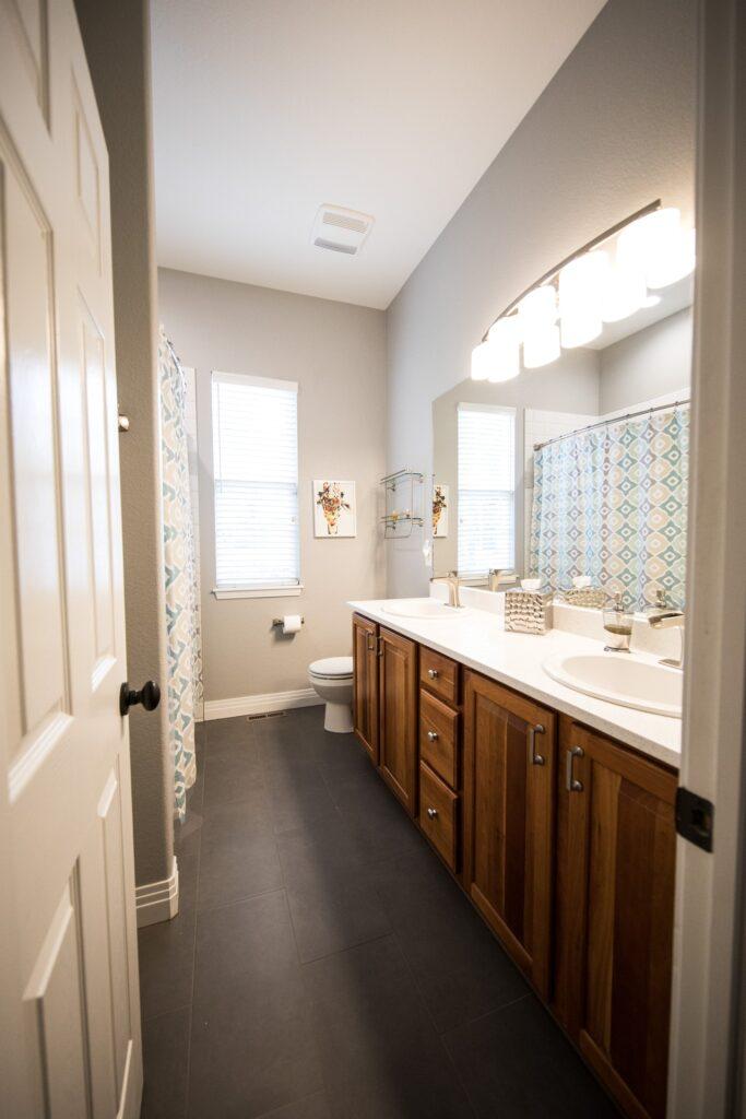 fürdőszoba szekrény tükörrel